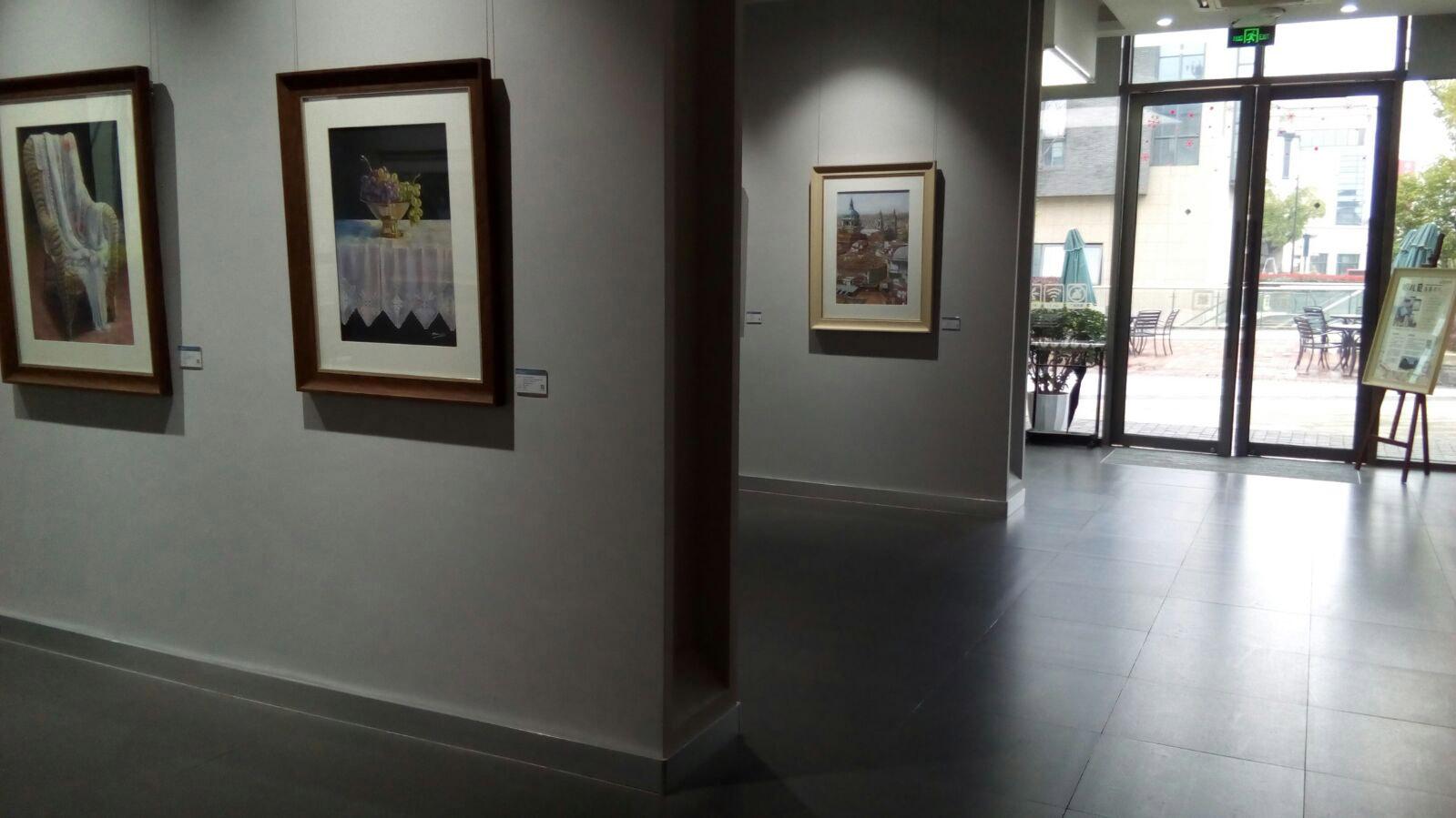 Vista de la exposicion con partel del panel dedicado a M Dolores Gil